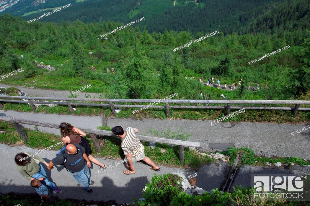 Photo de stock: WALKERS ON FOOTPATH TO EAGLES NEST, KEHLSTEINHAUS; NEAR BERCHTESGADEN, GERMANY; 24/06/2008.