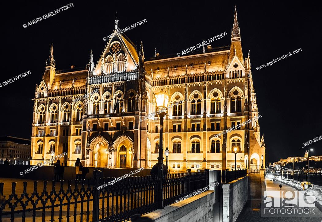 Imagen: The Hungarian Parliament in Budapest on the Danube in the night lights of the street lamps.
