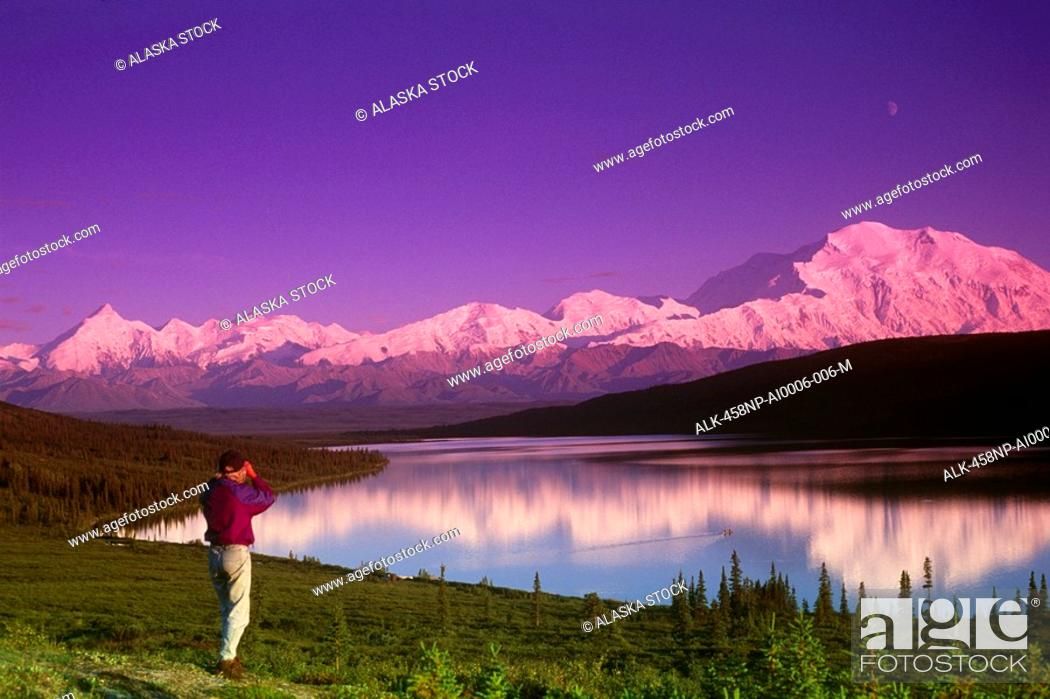 Photo de stock: Hiker on ridge above Wonder Lake /Mt McKinley Denali National Park Interior Alaska.