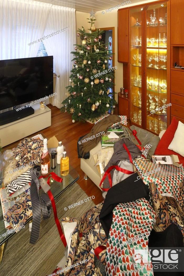 Imagen: Oberhausen, Sterkrade, Christmas, Advent season, festive decorated Christmas tree in a living room, Christmas glitter balls, Christmas stars.