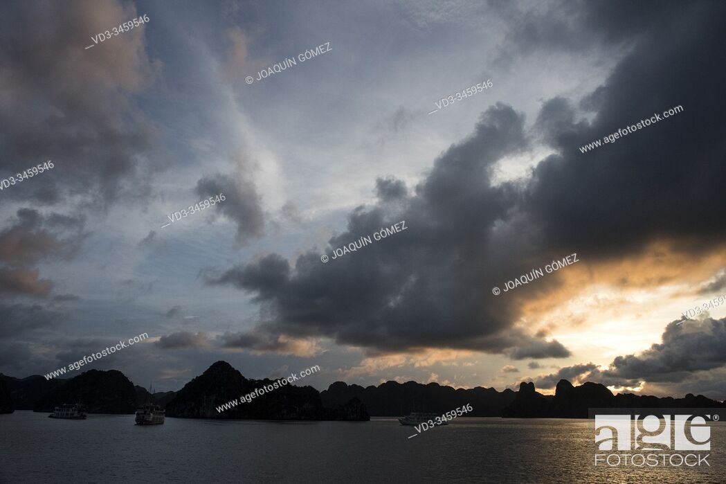 Stock Photo: Sunset view of the Halong Bay is an extension of water of approximately 1, 500 km². Located to the north of Vietnam It emphasizes the presence of karstic.