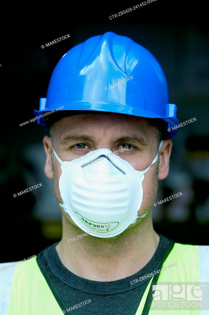 Imagen: Portrait of a builder with hard hat and mask.