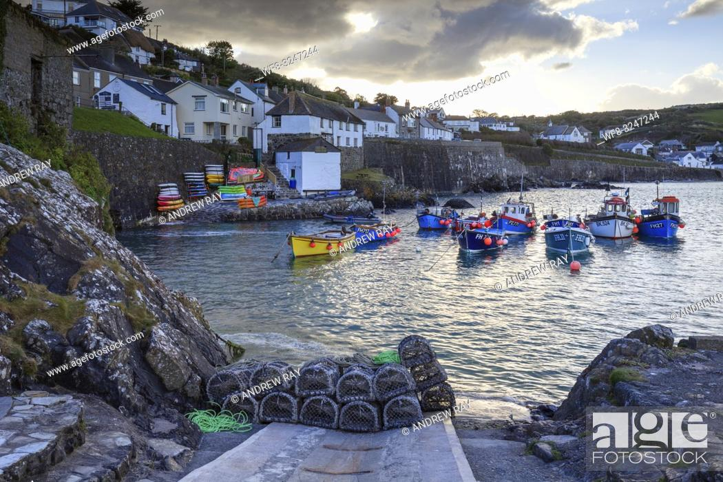 Imagen: The picturesque fishing cove at Coverack on Cornwall's Lizard Peninsula, captured from the harbour slipway on an afternoon in late April.