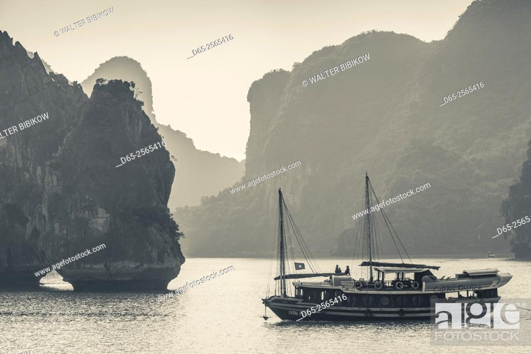 Stock Photo: Vietnam, Halong Bay, boat traffic.