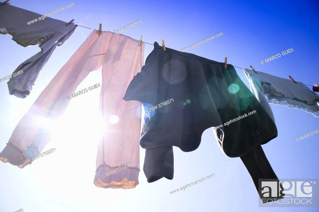 Imagen: A row of laundry hanging out in the sun to dry.