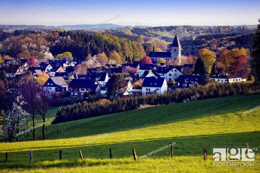 Imagen: hilly landscape of Oberbergisches Land and Lamsfuss village, Germany, North Rhine-Westphalia, Bergisches Land, Wipperfuerth.