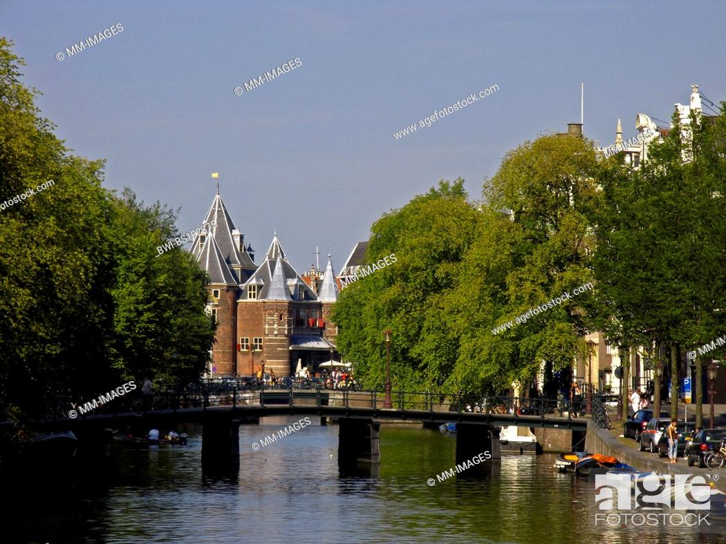 Imagen: view at canal and the weighing-house in Amsterdam, Netherlands.