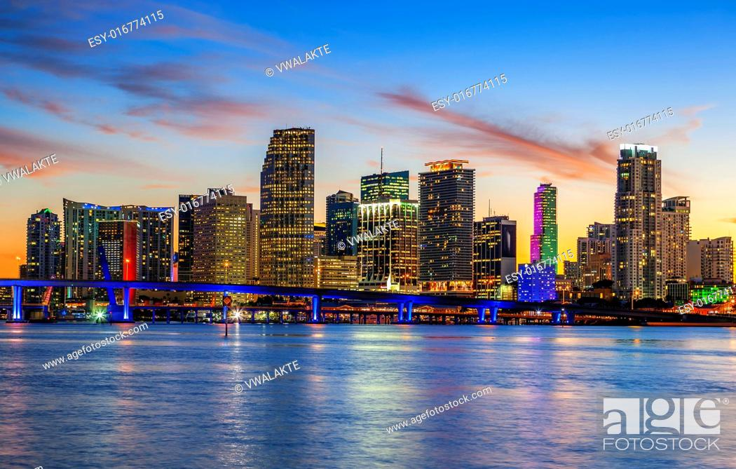 Imagen: CIty of Miami Florida, summer sunset panorama with colorful illuminated business and residential buildings and bridge on Biscayne Bay.
