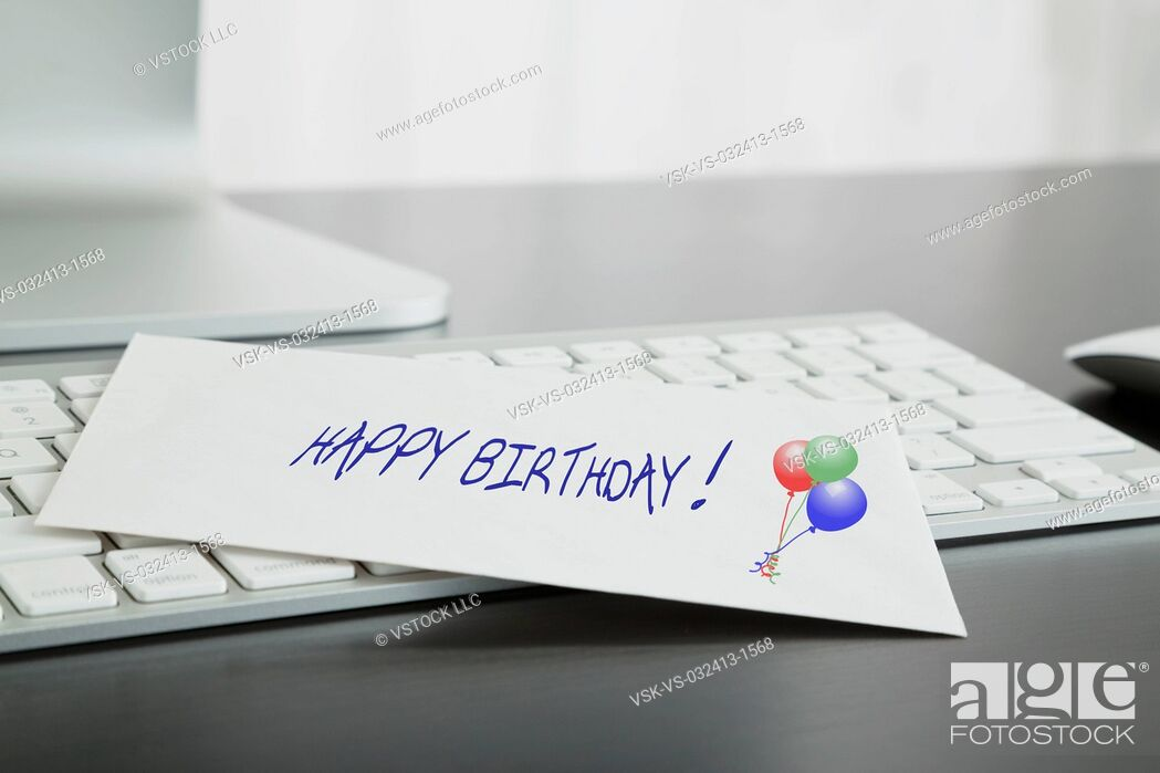 Imagen: Close-up of birthday card on keyboard.