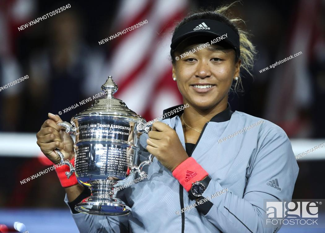 Imagen: (180909) -- NEW YORK, Sept. 9, 2018 (Xinhua) -- Naomi Osaka of Japan holds up the trophy during the awarding ceremony after winning the women's singles final.