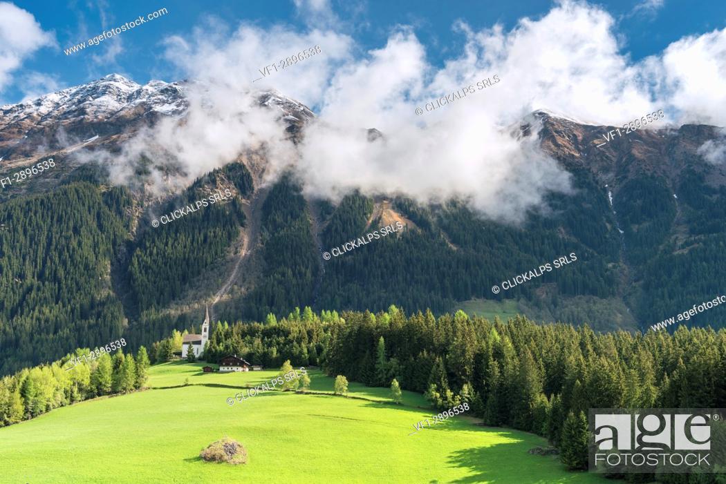 Imagen: Mareta / Mareit, Racines / Ratschings, Bolzano province, South Tyrol, Italy. The church Sankt Magdalena.