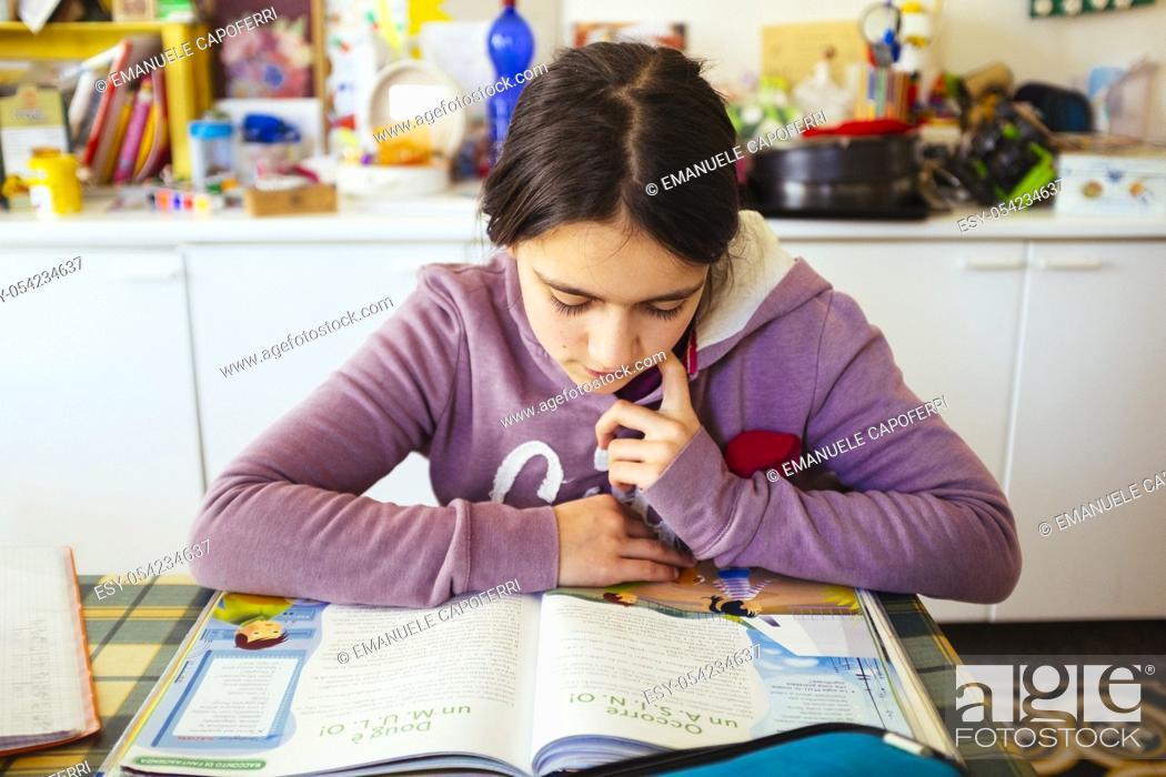 Imagen: little girl read book.