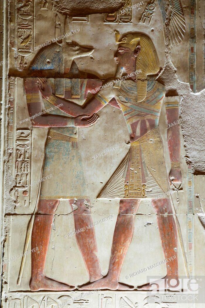 Imagen: Bas-relief of the God Anubi (left), Pharaoh Seti I (right), Temple of Seti I, Abydos, Egypt.