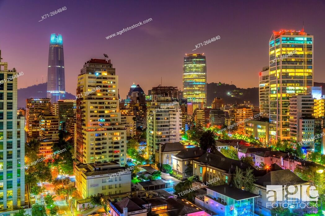 Imagen: The skyline of Santiago, Chile, South America, at dusk.