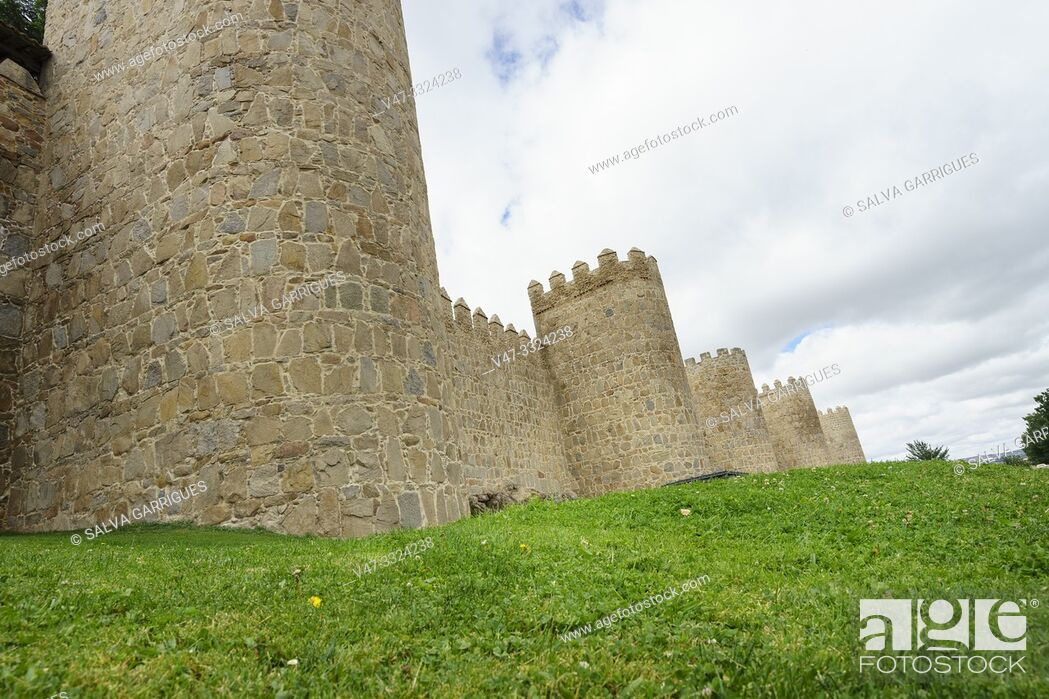 Imagen: The wall of Ávila is a Romanesque military fence that surrounds the old town of the Spanish city of Ávila, capital of the homonymous province.