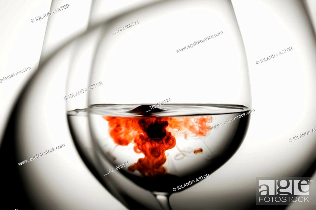 Imagen: Red drop in glasses of water. Still life.