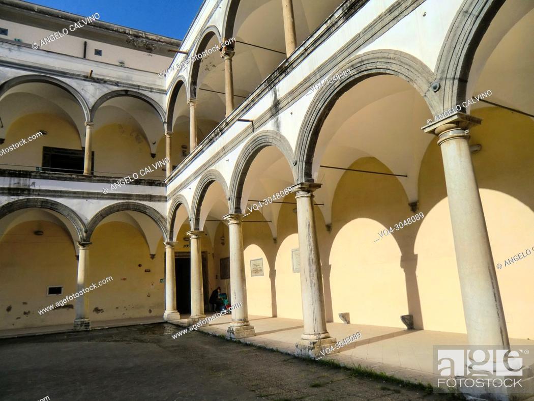 Imagen: The Columnate inside the courtyard of the Conservatorio di Sant'Anna, Abbey of S. Lorenzo now Universita degli Studi della Campania ''Luigi Vanvitelli''.