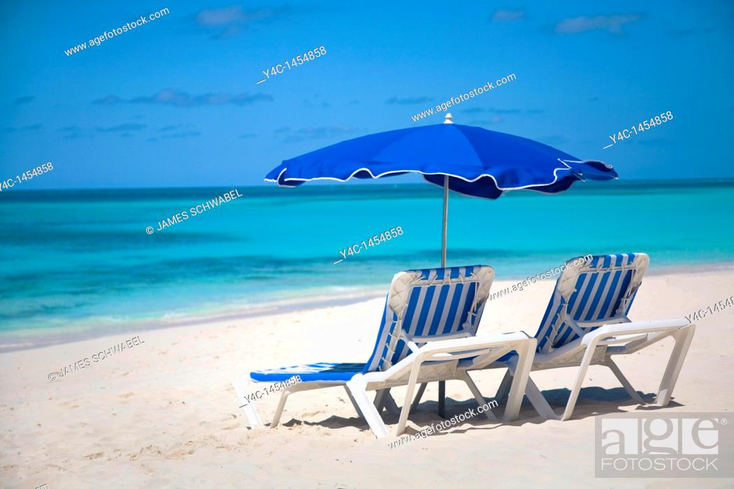 Imagen: Chairs and umbellas on Shoal Bay East Beach on the caribbean island of Anguilla in the British West Indies.