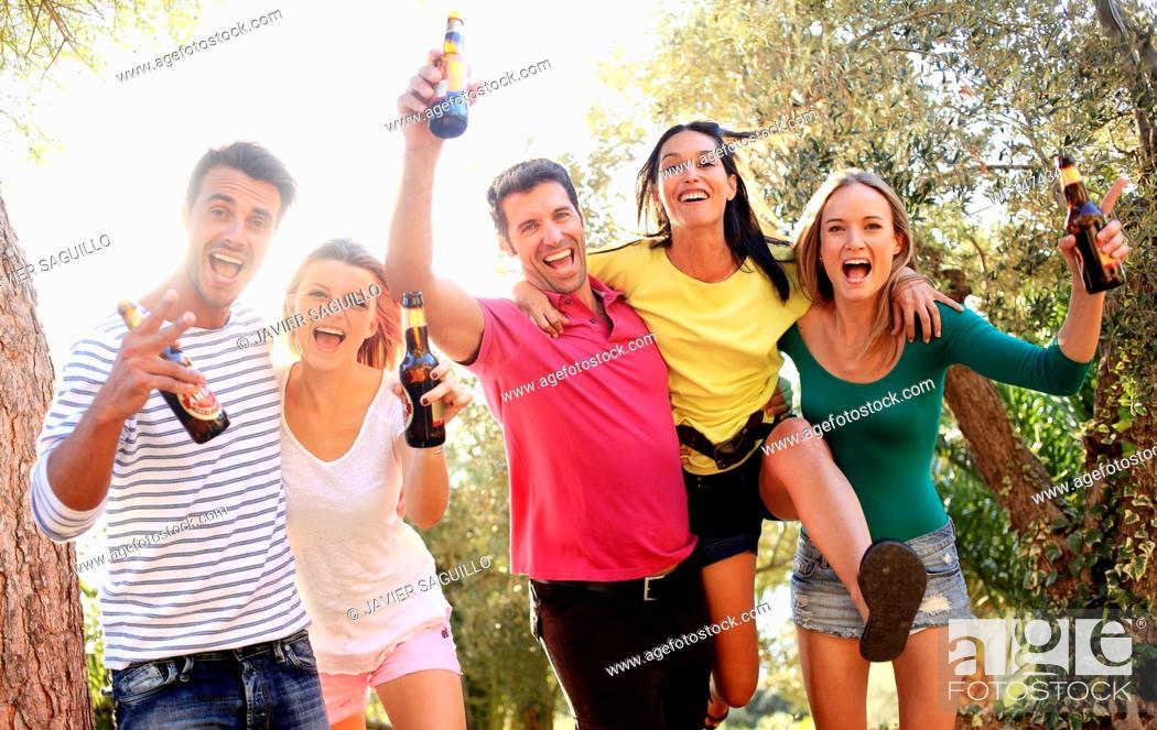 Imagen: Young people drinking beer.