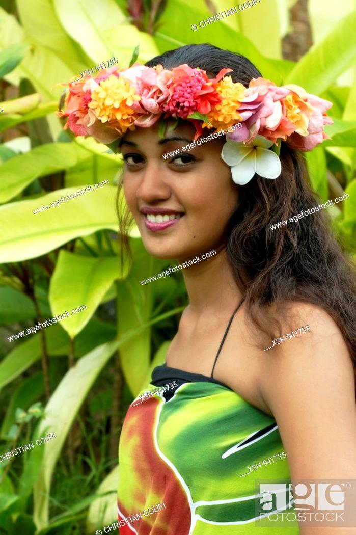 Stock Photo: jeune femme portant une couronne de fleurs, Tahiti, iles de la Societe, archipel de la Polynesie francaise, ocean pacifique sud.