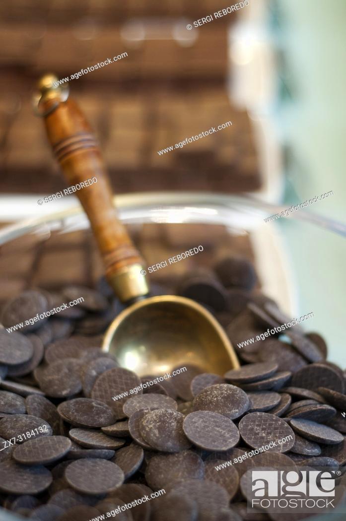 Photo de stock: Chocolates at Frederic Blondeel chocolatier shop, Brussels, Belgium. Si hay un producto conocido de Bélgica ese es su chocolate.