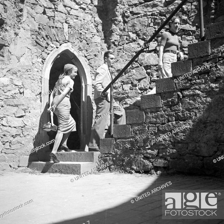 Stock Photo: Zwei Frauen und ein Mann bei einer Besichtigungstour im Schloss Auerbach im Odenwald, Deutschland 1930er Jahre. Two women and a man on a sightseeing tour.