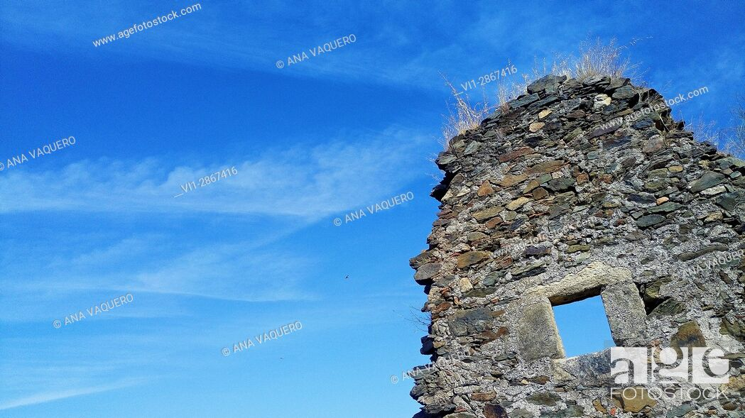Stock Photo: Remains of the mill wall on the Magasca river, Los Berrocales, Trujillo, Estremadura.