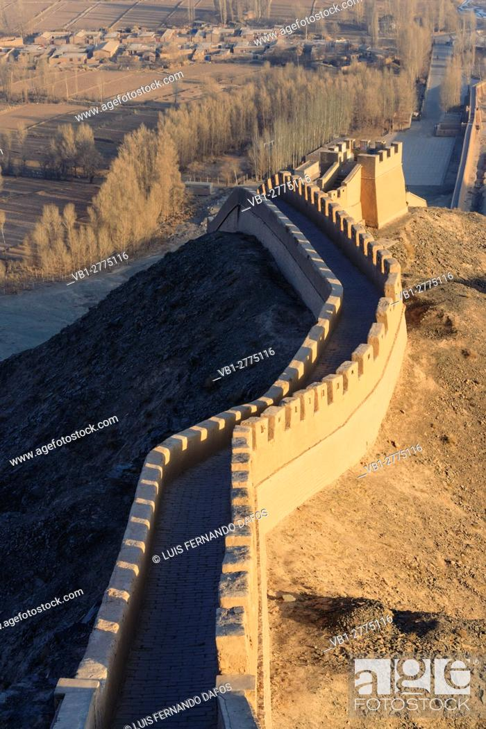 Imagen: Western confine of the Great Wall at Jiayuguan, Gansu province, China, Asia.