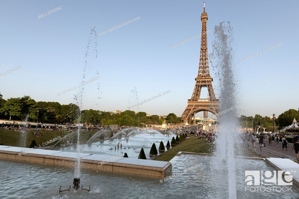 Imagen: Europe, France, Paris, 2019-06, Eiffel Tower monument viewd from the Trocadero gardins. People bathing in the fountains in an effort to cool down during the.