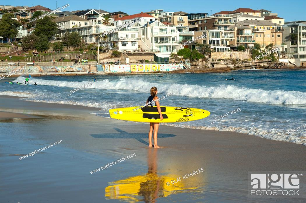 Imagen: 21. 09. 2018, Sydney, New South Wales, Australia - A young female surfer is seen holding her surfboard as she gazes at the open ocean at Bondi Beach.