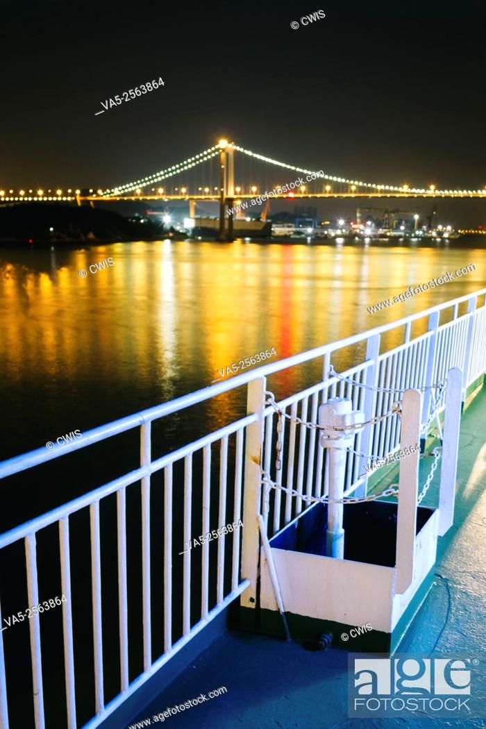 Imagen: Xiamen, China - The view of sea-crossing bridge from the deck of COSCO star at night.