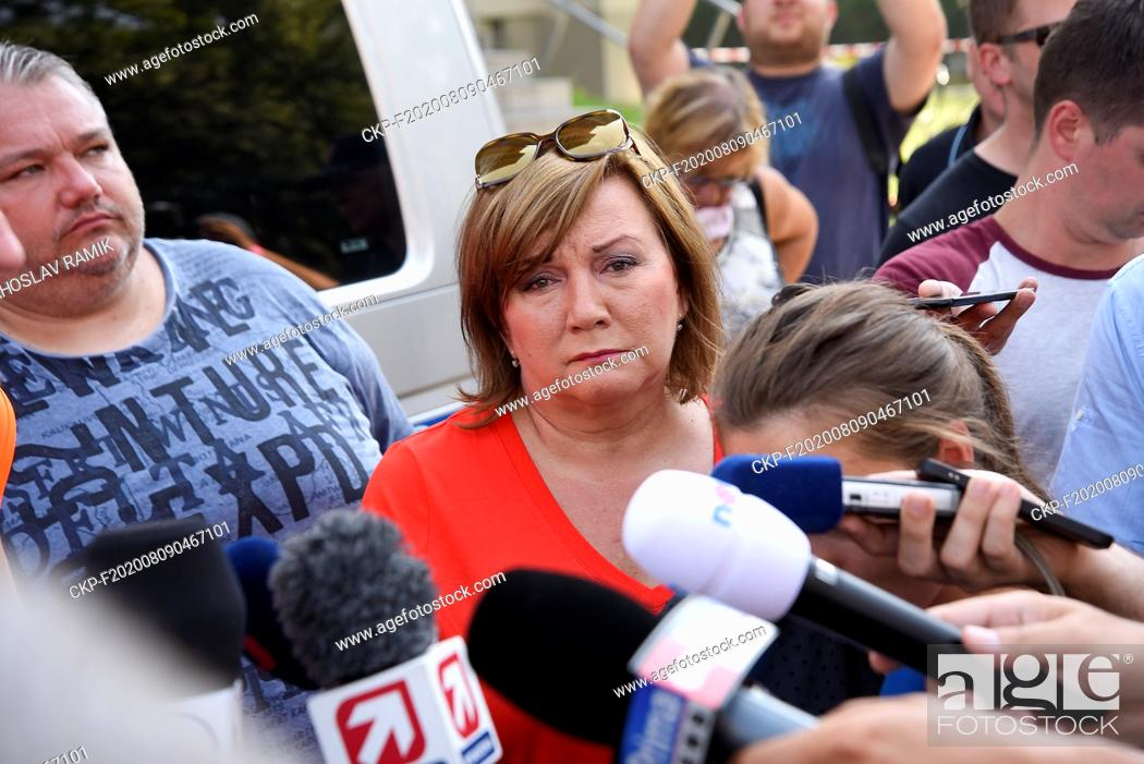 Imagen: Czech Finance Minister Alena Schillerova visits place of arson attack one day after the attack in Bohumin, Czech Republic, on August 9, 2020.