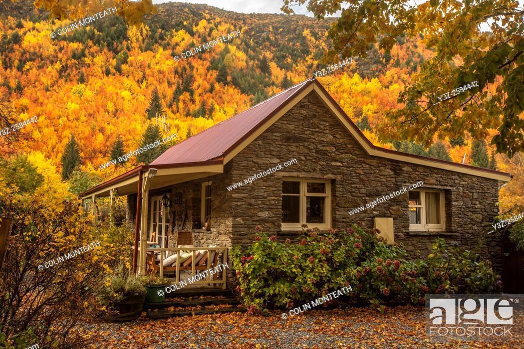 Imagen: Stone cottage, autumn in Arrowtown, Otago.