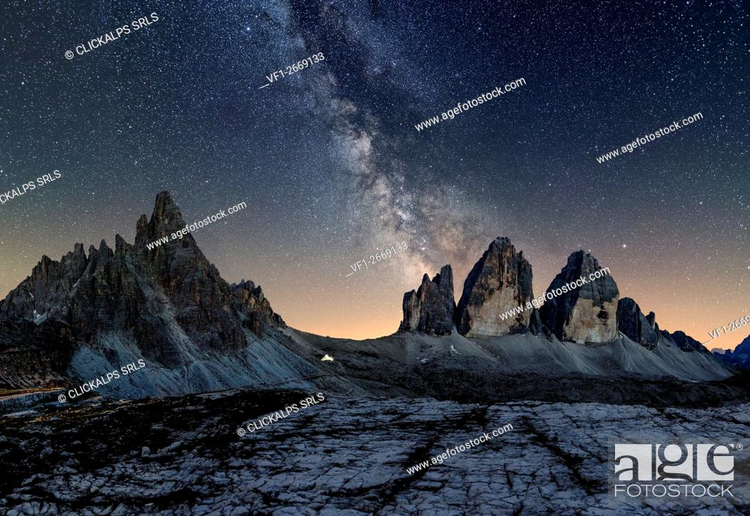 Photo de stock: Tre Cime di Lavaredo, Drei Zinnen, Three peaks of Lavaredo, Dolomites, South Tyrol, Veneto, Italy. Tre Cime di Lavaredo, Paterno and Milky Way.