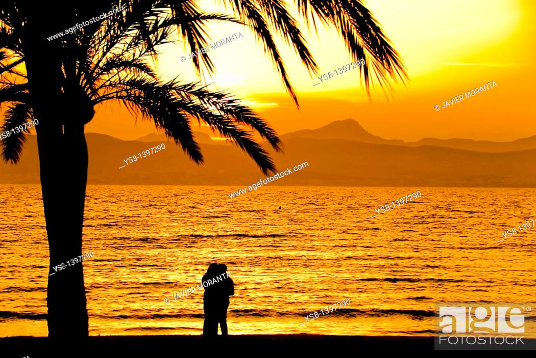 Imagen: Spain, Balearic Islands, Palma de Mallorca, Lovers sunset.