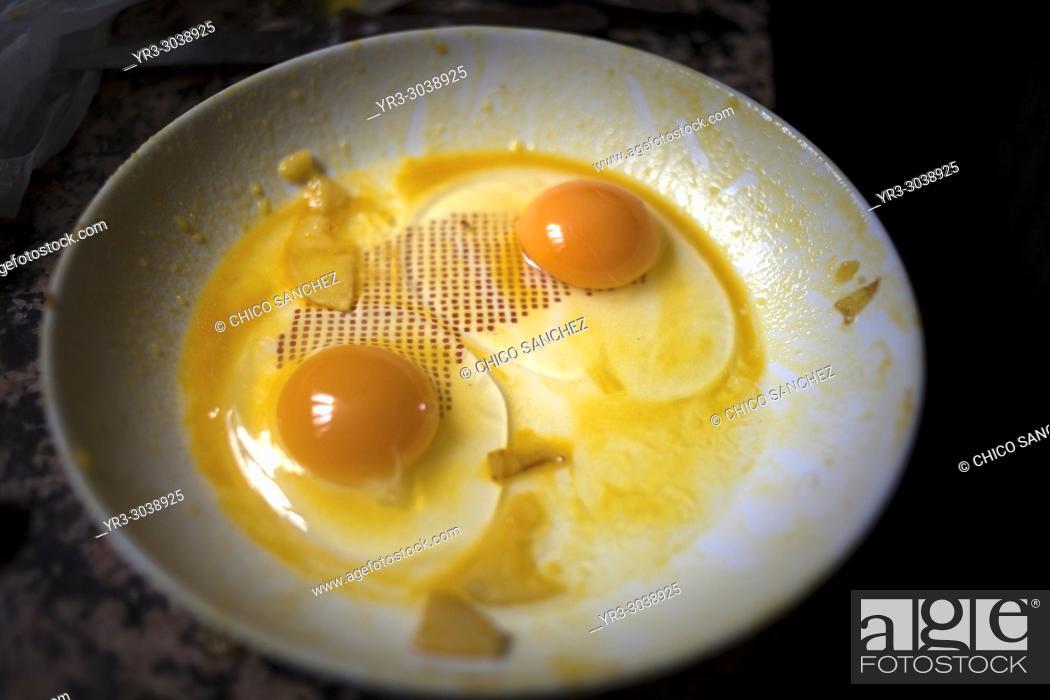 Imagen: Free range eggs in Prado del Rey, Sierra de Grazalema, Andalusia, Spain.