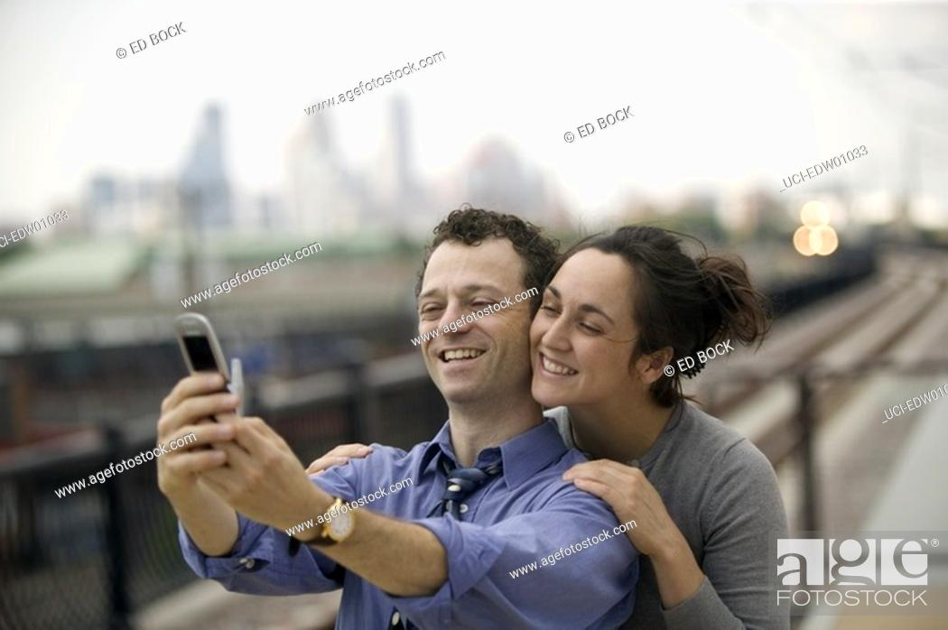 Imagen: Couple taking self-portrait with camera phone.