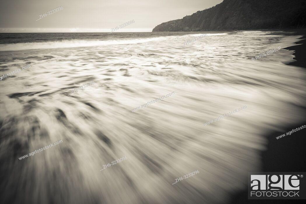 Imagen: Waves, Waipio Valley beach, Hamakua Coast, The Big Island, Hawaii USA.