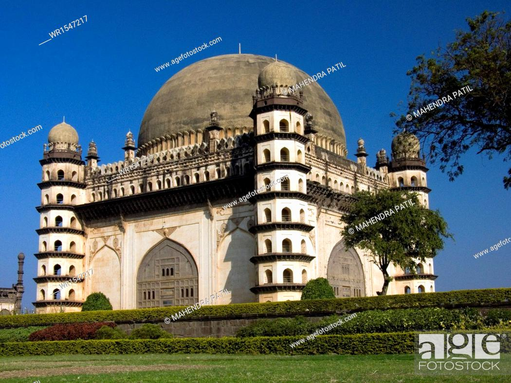 Imagen: gol gumbaz in bijapur at karnataka India Asia.