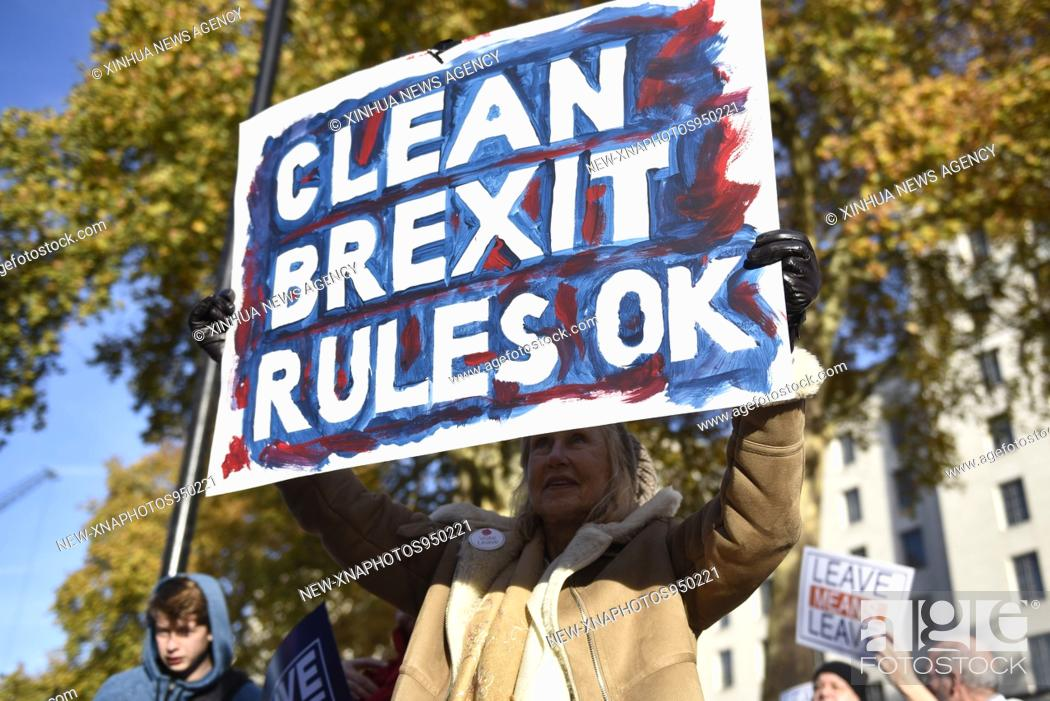 Imagen: (181114) -- LONDON, Nov. 14, 2018 (Xinhua) -- A pro-Brexit demonstrator holds a placard on Whitehall outside Downing Street in London, Britain, on Nov.
