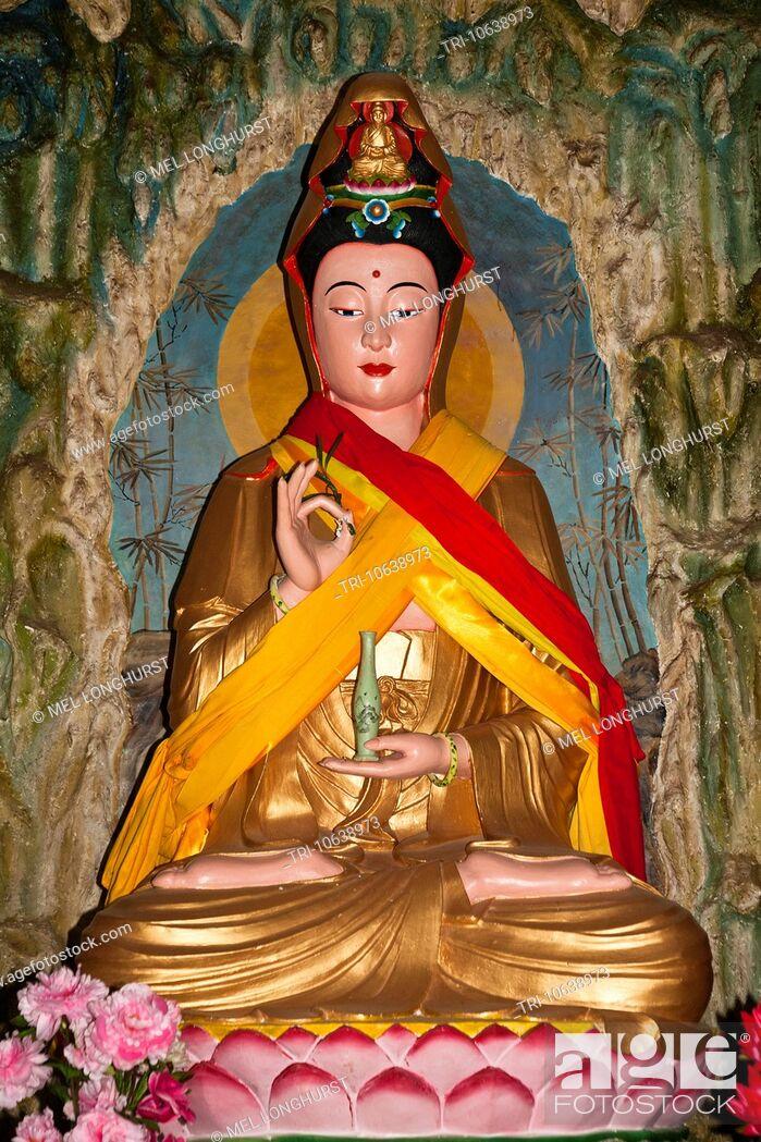 Imagen: Colourful Buddha statue, Guan Yin Temple, Jinsuo Island, near Dali, Yunnan Province, China.