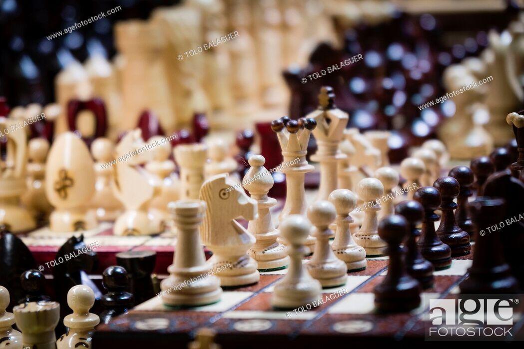 Imagen: juegos de ajedrez, lonja de los Paños o Sukiennice edificio renacentista y basilica gotica de Santa Maria, Rynek Glówny , Market Place, Kraków.