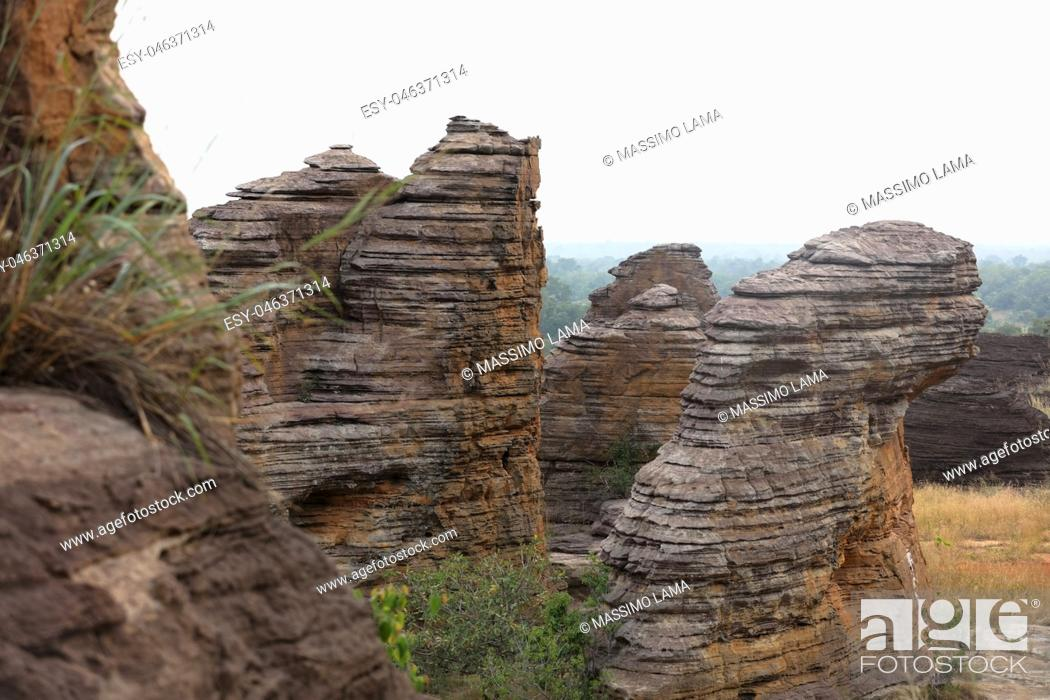 Imagen: the Domes de Fabedougou are natural phenomenon of rock sculpted by vwind and erosion in Burkina faso look like a stack of pancakes.