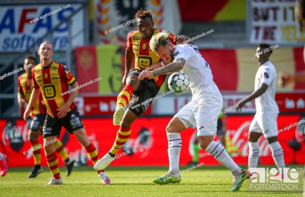 Imagen: Mechelen's William Togui and Anderlecht's Peter Zulj fight for the ball during the Jupiler Pro League match between KV Mechelen and RSC Anderlecht, in Mechelen.