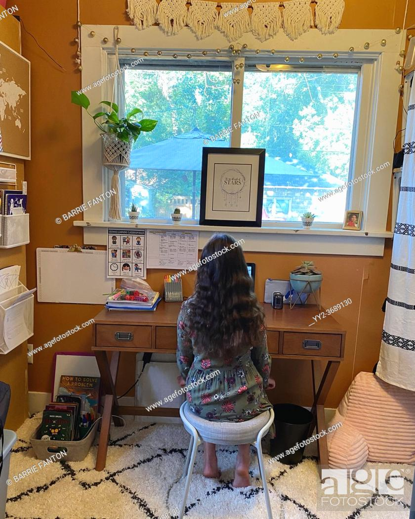 Imagen: 9-year Old Girl in Home Study Space.