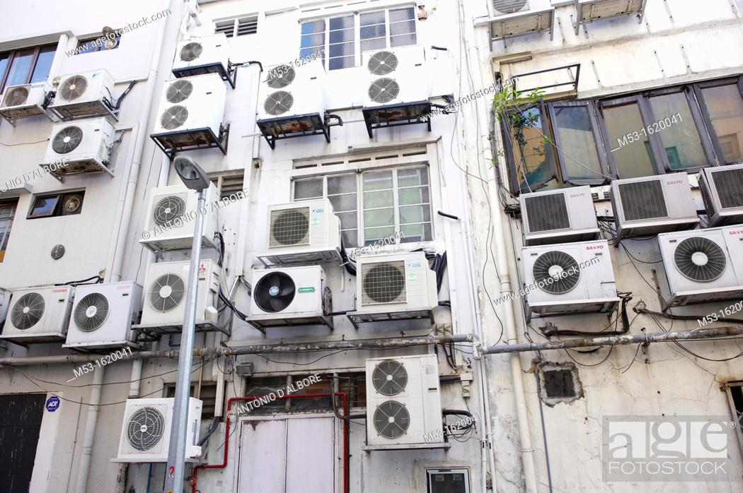 Imagen: Air conditioning units outside a commercial building in Boat Quay  Singapore.