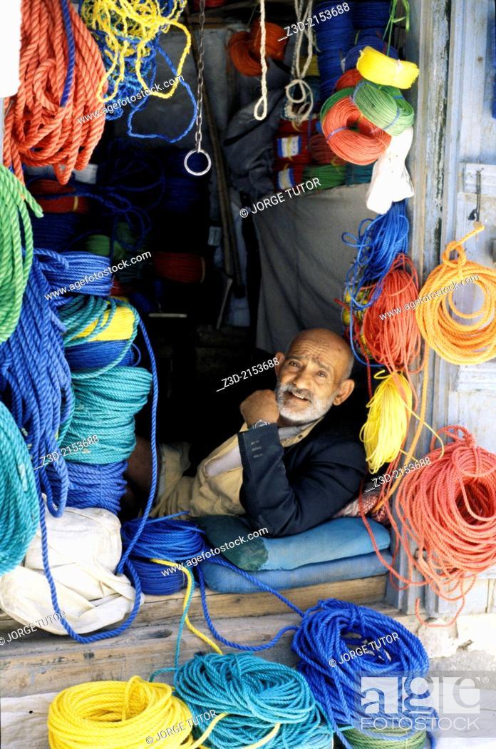 Imagen: Colorful rope seller in market Sanaa, Yemen.