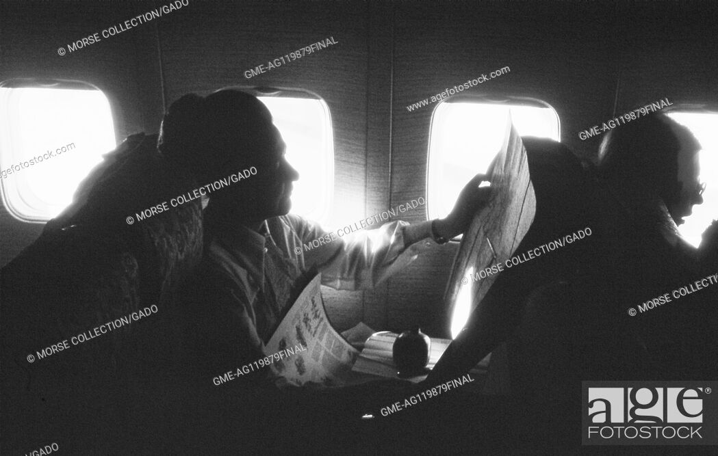 Imagen: View of a woman reading a newspaper at her window seat on a Turkish Airlines flight, in Istanbul, Turkey, November, 1973.