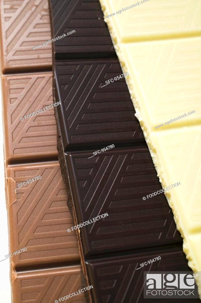 Imagen: Pieces of three different chocolate bars close-up.