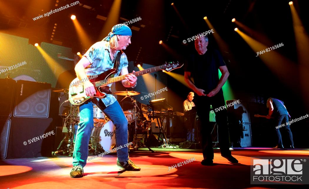 Imagen: Singer Ian Gillan (R) and bassist Roger Glover from the British band Deep Purple stand on stage in Munich, Germany, 19 July 2016.